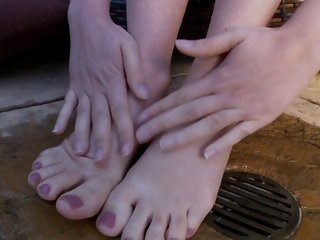 Scorching hot Kagney Karter plays with her hot toes