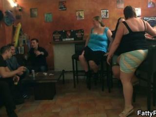 Fat chicks have fun in the pub !