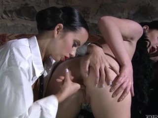 Lesbo fingers brunnete beauty with ideal body
